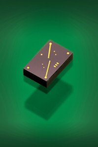 The tiny timing module is a mere 1.5-square millimeters thick. If its frequency fluctuates for any reason, electronic devices could temporarily fail to function properly. (© Fraunhofer IZM)