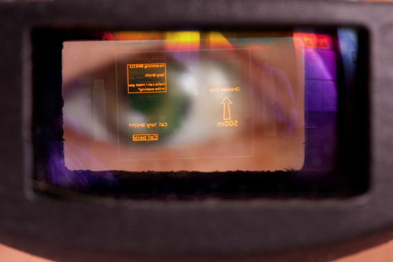 OLED-on-Silicon microdisplay with eyetracking system.  © Fraunhofer COMEDD