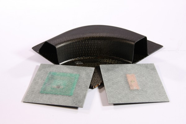 To embed RFID tags in fiber composites, ultra-thin antennas are needed (right: UHF, left: HF transponder). © Fraunhofer IIS