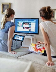 With the FAMIUM development platform, live streamed videos can be played synchronously on several devices.