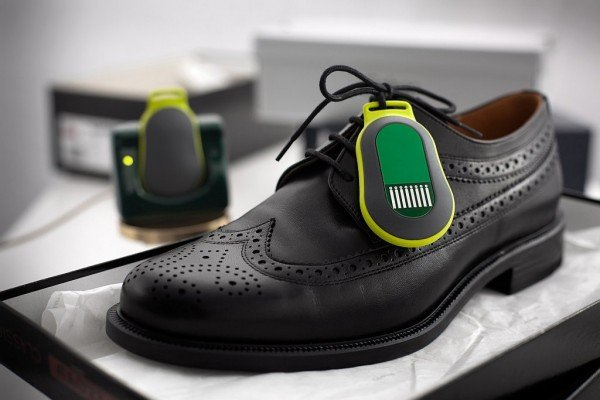 The active RF clip for labeling goods can also be attached to shoes, for example. © Fraunhofer IZM