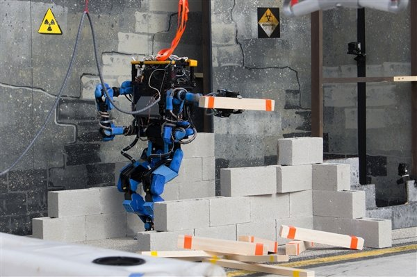 Team SCHAFT's robot S-One earned the highest score, 27 points, during the Dec. 20-21 DARPA Robotics Challenge Trials 2013. The team's lead organization is SCHAFT Inc., a Japanese robotics company. DOD photo
