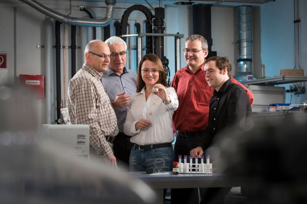 The Stifteverband Science Prize for scientific excellence in Germany was awarded to: Dr. Holger Kretzschmann (Nematel), Werner Stehr and Susanne Beyer-Faiß (Dr. Tillwich GmbH), Dr. Andreas Kailer and Dr. Tobias Amann (Fraunhofer IWM). © Dirk Mahler/Fraunhofer