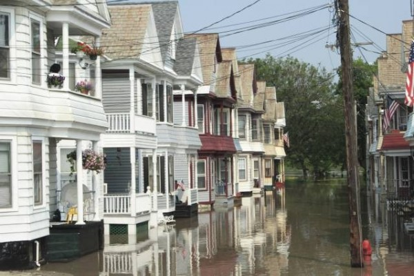 Houses on the Mohawk River in New York State during a flood in June 2006. Photo: Gene Krebs, image source: MIT