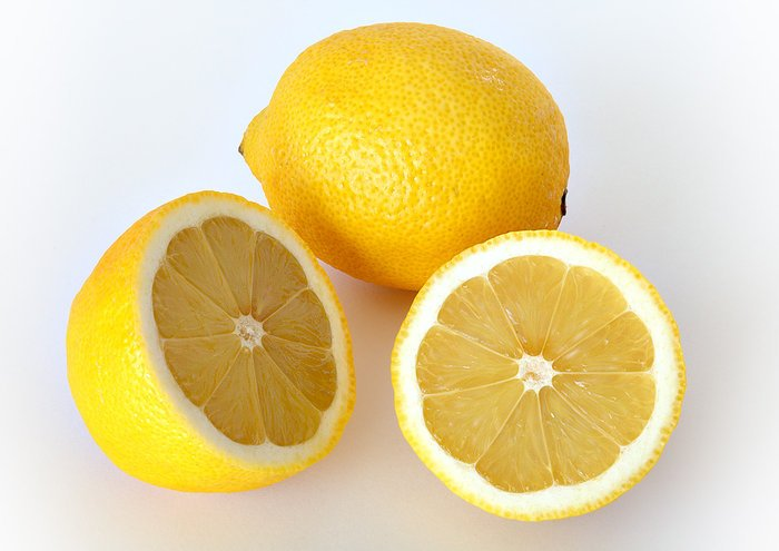 This image shows a whole and a cut lemon. Image credit: Wikimedia Commons/André Karwath, CC-BY-SA-2.5