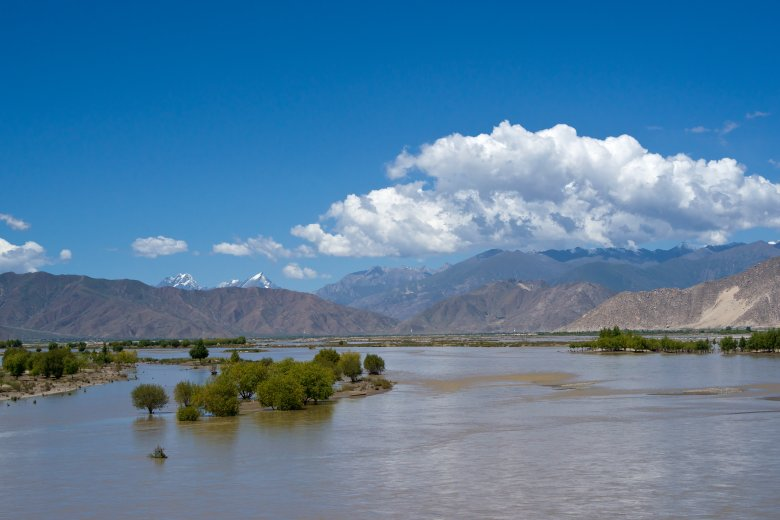 Sediment transport in the Yarlung Zangbo river near Lhasa (photo: M. Kaban, GFZ).