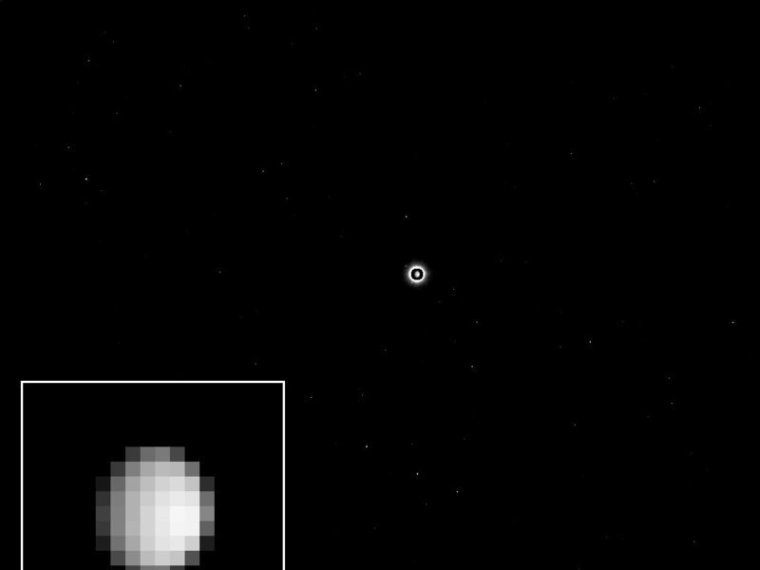 Ceres in focus: A look at the dwarf planet Ceres. This image was taken on December 1st, 2014 from a distance of 1.2 million kilometers. Ceres is the bright spot in the middle of the image. Since Ceres is much brighter than the stars in the background, the camera team has selected a long exposure time to make these stars visible. The resulting exaggerated size of Ceres was corrected by superimposing a brief snapshot of the asteroid. Bottom left: In these images Ceres has a diameter of just nine pixels. © NASA/JPL-Caltech/UCLA/MPS/DLR/IDA
