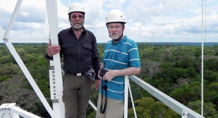 Coordinators at 180 metres: Jürgen Kesselmeier from the Max Planck Institute for Chemistry (left) and Antonio O. Manzi (right), his counterpart on the Brazilian side. © MPI for Chemistry
