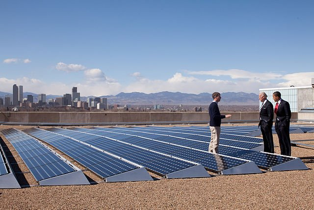 Barack Obama looking at solar panels at the Denver Museum of Nature and Science, Feb 17, 2009. Image credit: The White House via Wikipedia, CC0 Public Domain.