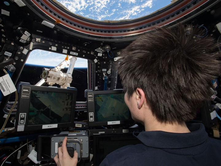 Astronaut Samantha Cristoforetti operates the Canadarm2 from inside the cupola.