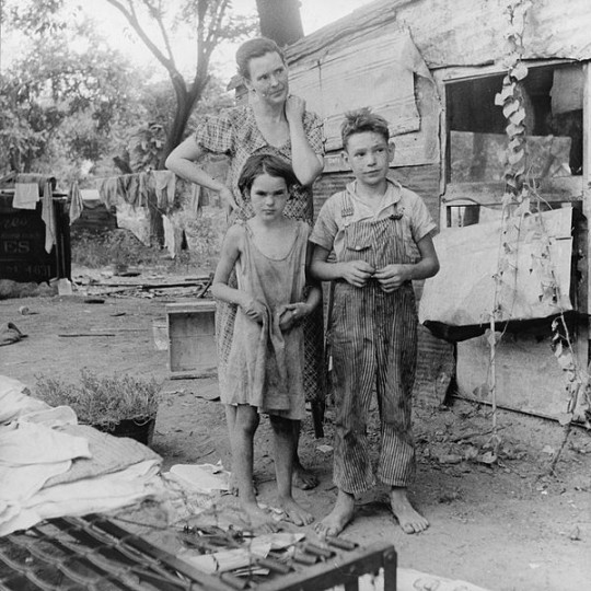 The research showed that early socioeconomic adversity can lead to variety of health problems, both directly and indirectly. Image credit: Dorothea Lange via Wikimedia, Public Domain