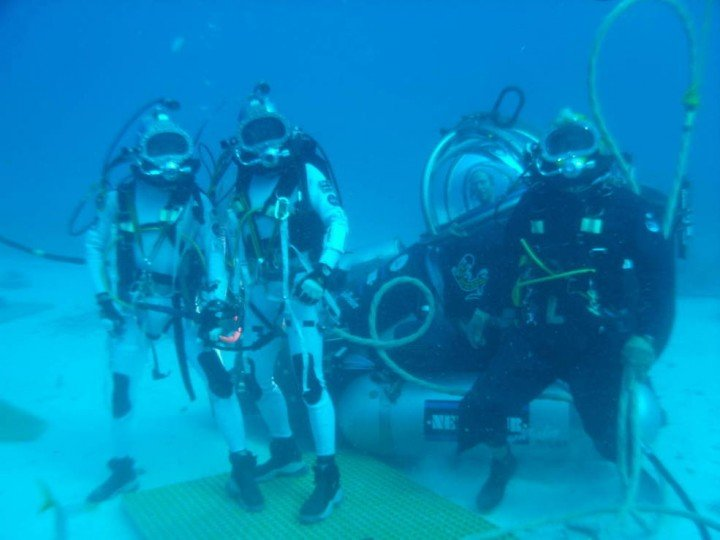 NEEMO 16 aquanauts Kimiya Yui and Tim Peake pose with their support diver and astronaut Mike Gernhardt in the DeepWorker single-person submarine. Credits: NASA
