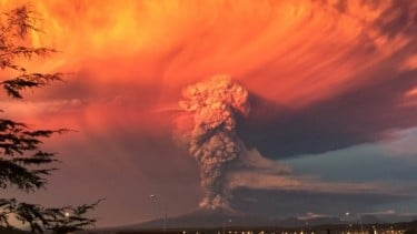 An eruption of the Calbuco Volcano in southern Chile. A team of astronomers led by the UW's Amit Misra used data from volcanic eruptions on Earth to predict what an Earth-like exoplanet might look like during such eruptions. Image credit: Wikimedia commons