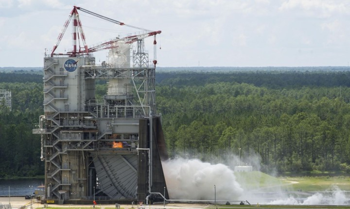 The RS-25 engine fires up at the beginning of a 500-second test June 11 at NASA's Stennis Space Center near Bay St. Louis, Mississippi. Four RS-25 engines will power the core stage of NASA's new rocket, the Space Launch System. Credits: NASA/Stennis