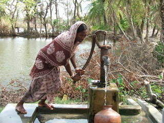 A woman in India pumps groundwater for drinking. Credits: Image courtesy Joel Bassuk/Oxfam
