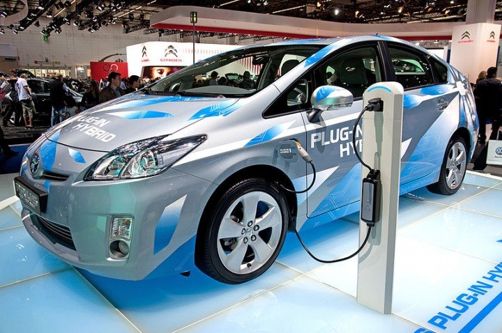 Electric Vehicle (EV) charging at the charging station. Image credit: BP63Vincent via Wikimedia, CC-BY-SA-3.0