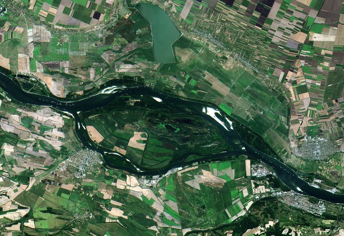 Ships queuing along the Danube river near the Romanian town of Zimnicea, captured by Sentinel-2A on 26 July 2015. Copyright Copernicus Sentinel data (2015)/ESA