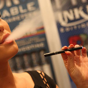 A new study at Washington University School of Medicine in St. Louis indicates that many parents and guardians who use e-cigarettes are not aware of the dangers they pose to children. Image credit: Michael Dorausch
