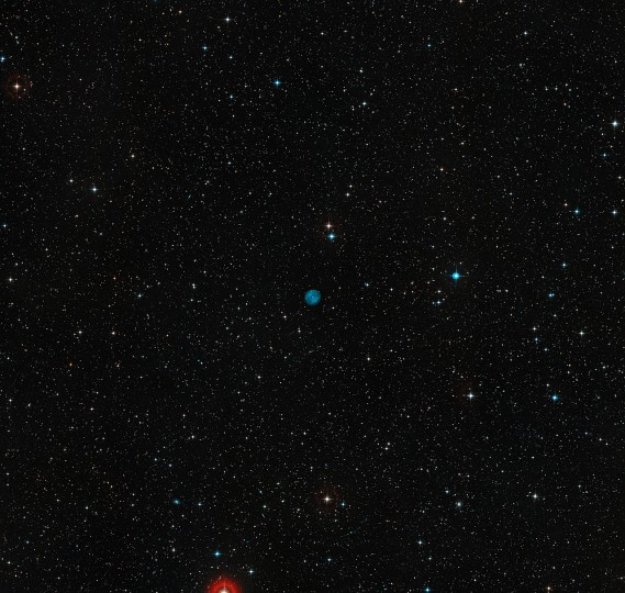 This image shows the sky around the location of ESO 378-1. This planetary nebula shows up clearly as a blue disc at the centre of the picture. This picture was created from images in the Digitized Sky Survey 2. Credit: ESO/Digitized Sky Survey 2. Acknowledgement: Davide De Martin