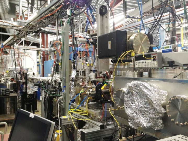 A scanning transmission X-ray microscope (STXM) at SSRL's Beam Line 13-1 that was used to observe a spin current relevant to spintronics. The microscope's vacuum chamber is on the right. (SLAC National Accelerator Laboratory)