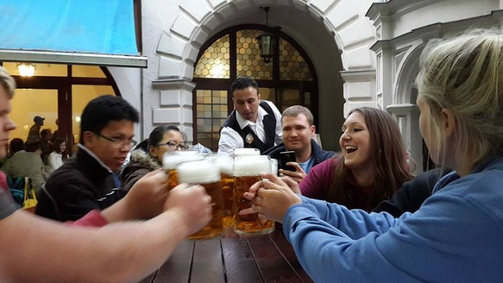 In most cultures consuming alcohol in groups is a mean of socialization, which makes it very difficult to change drinking habits. Now scientists will launch a research to help people making this decision. Image credit: Peg93 via Wikimedia, CC-BY-SA-3.0