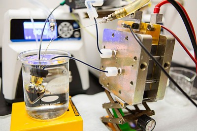 """Harvard researchers wanted to improve on their 2014 flow battery. Their goal was to replace the conventional bromine-bearing electrolyte with something nontoxic. In a paper released today, the team's findings """"deliver the first high-performance, nonflammable, nontoxic, noncorrosive, and low-cost chemicals for flow batteries."""" A prototype of the battery is pictured. Image credit: Eliza Grinnell/Harvard Paulson School"""