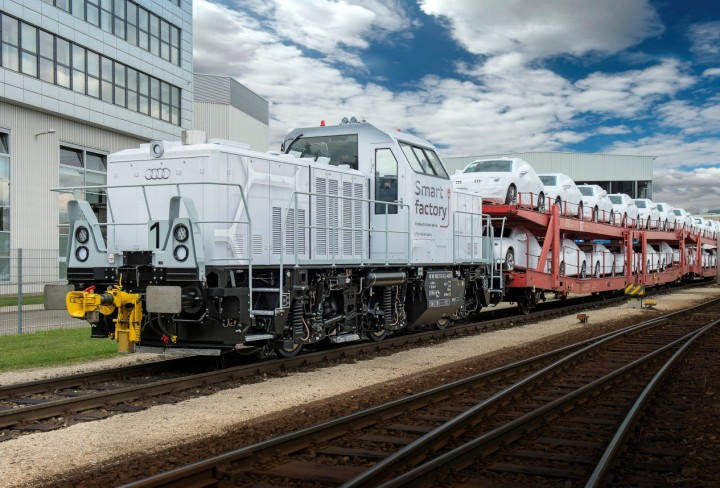 There are 18 kilometres of railways in the Audi plant in Ingolstadt and 15 delivery trains come every day. New plug-in hybrid locomotive will emit up to 60 tons less CO2 each year, can run on electric power alone for up to two hours, but needs to be charged during breaks. Image credit: audi-mediacenter.com