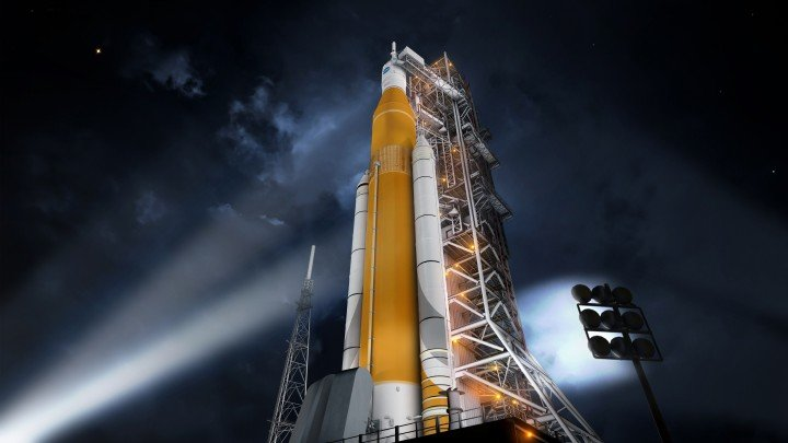 Artist concept of the SLS Block 1 configuration on the Mobile Launcher at KSC. Credit: NASA/MSFC