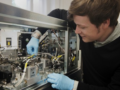 Kevin Pagel with the ion mobility mass spectrometer. Image credit: S. Jungtow