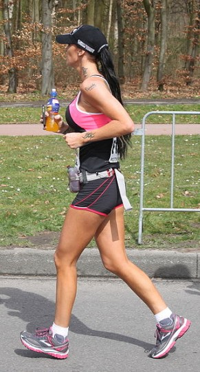 Staying hydrated during exercising is important and there is a variety of drinks specifically designed to prevent fatigue. However, a simple table sugar in water can effectively prevent fatigue even in marathons. Image credit: Peter van der Sluijs via Wikimedia, CC BY-SA 3.0