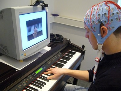 The researchers used an electroencephalogram to record the brain waves of the pianist while he was playing. Image credit: Max Planck Institute for Human Cognitive and Brain Sciences