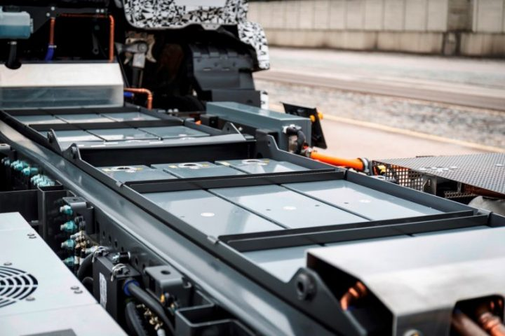 Modular battery pack is stored neatly in the frame and provides a range of up to 200 km. Image credit: media.daimler.com.