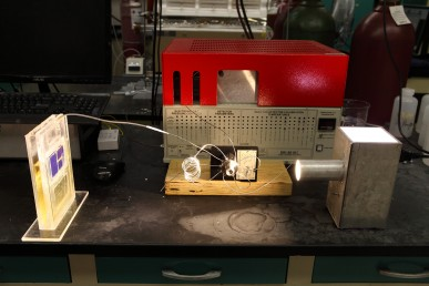 Simulated sunlight powers a solar cell that converts atmospheric carbon dioxide directly into syngas.