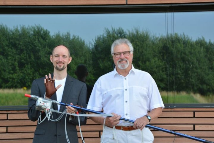Dr. Thomas Hermann (left) and Dr. Bodo Ungerechts (right) have developed a system together with Daniel Cesarini, Ph.D. that uses sound to expand a swimmer's perception and feel for the water. Photo: CITEC/Bielefeld University