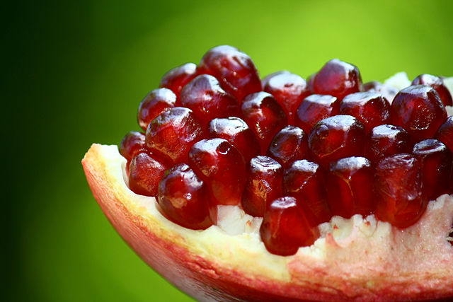Punica granatum seeds can be seen through an opened pomegranate. Image credit: Anton Croos via Wikimedia Commons, CC-BY-SA-4.0