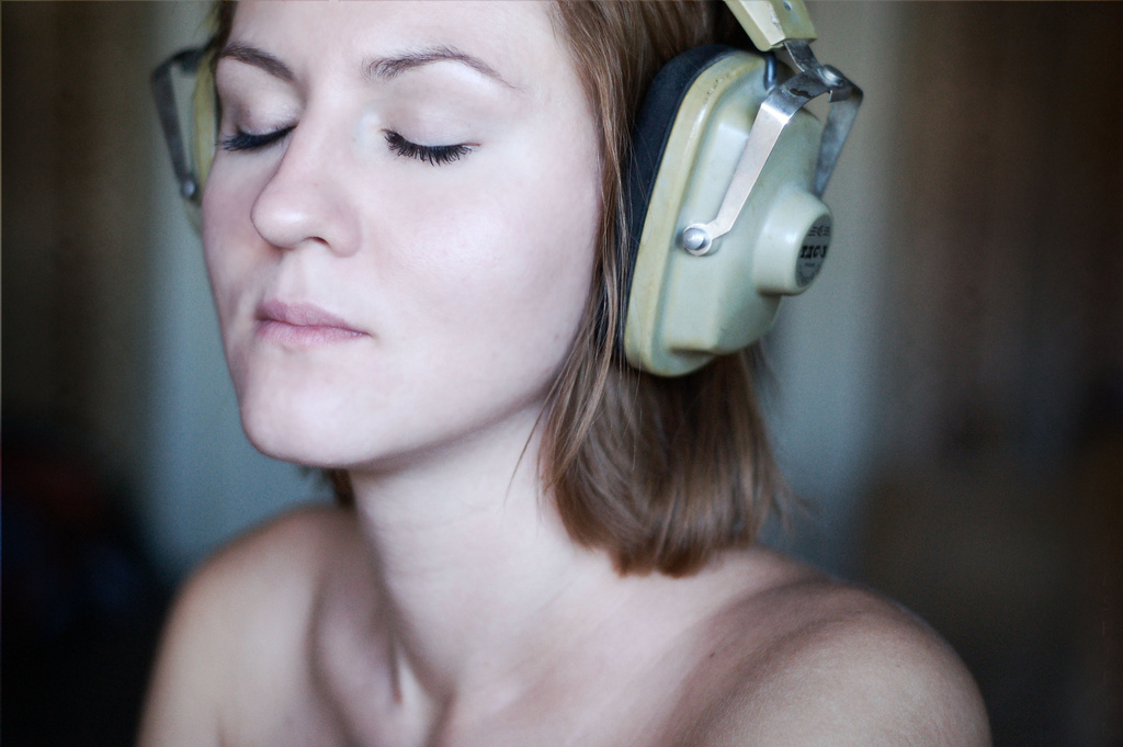 Listening to loud music may quickly cause irreversible damage to your hearing.
