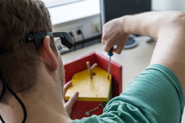 The precursor model to the Avikom glasses can, for example, help sheltered workshop workers assemble wooden bird houses. Photo: CITEC/Bielefeld University.