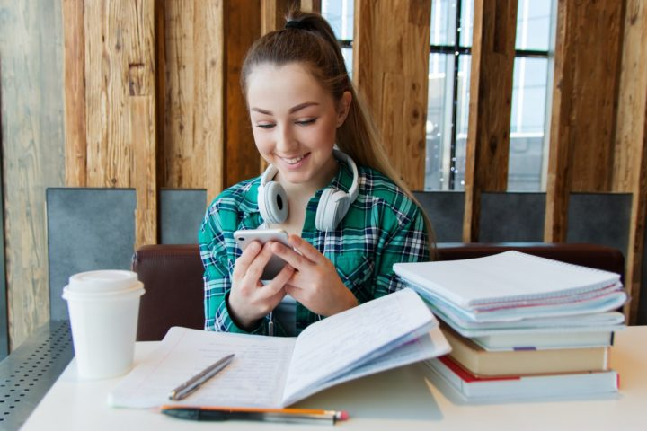 Combining homework and texting with friends leaves teens with mixed feelings. Image credit: nastya_gepp via Pixabay (Free Pixabay licence)